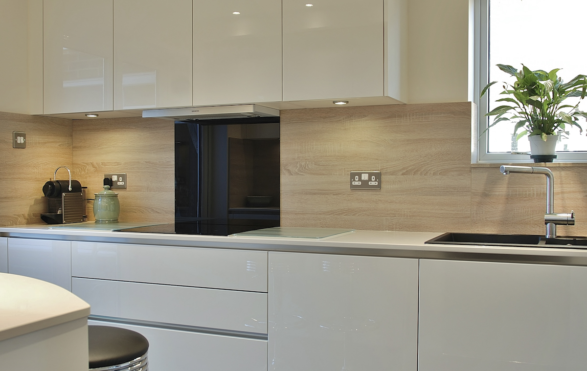 Full Hob Kitchen ~ Handleless cream kitchen quartz worktops in crawley down