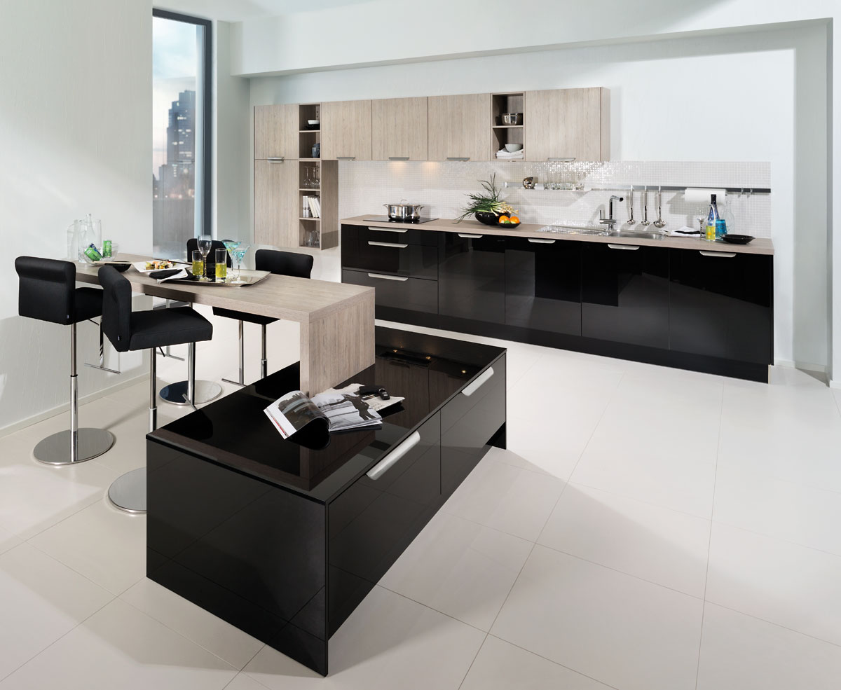Black kitchen design country home cream black kitchen for Black gloss kitchen ideas