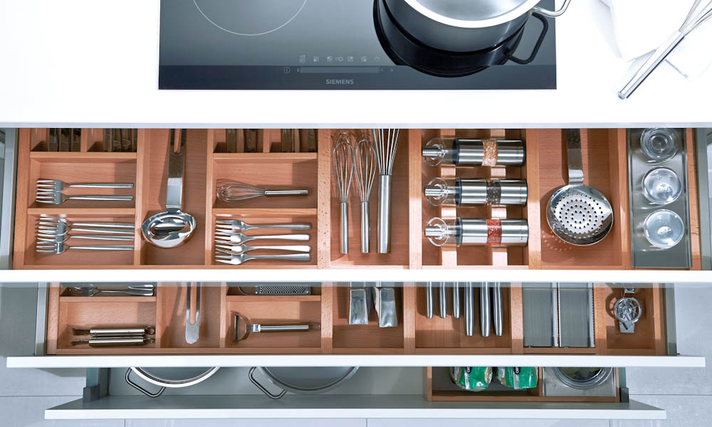 Saphirgl weiss schubkasten d black rok kitchen design for Kitchen design uckfield